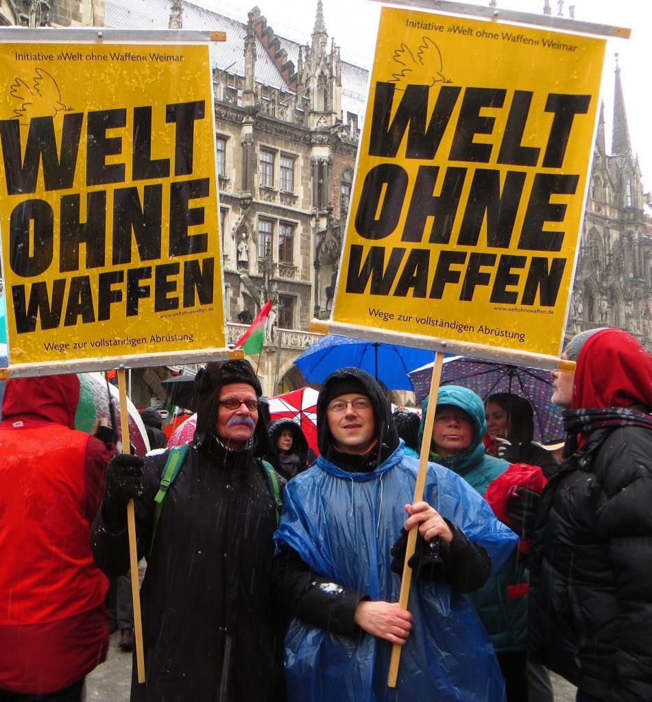 """Olaf Weber und Markus Schmidt von der Initiative """"Welt ohne Waffen"""" Weimar nahmen an der Demo gegen die """"Münchner Sicherheitskonferenz"""" am 17.02.2018 teil."""